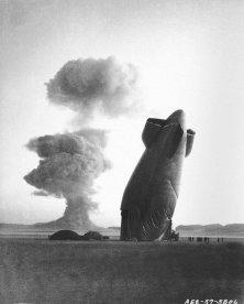 Un dirigibile distrutto dall'onda d'urto di un'esplosione nucleare, Nevada, 1957
