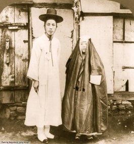 Un giovane coreano e sua moglie in abito da strada, Seoul, Corea, 1904