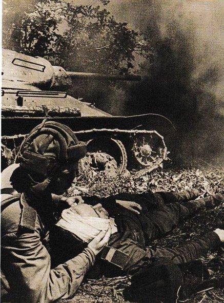 Un soldato sovietico di un carro armato T-34 colpito fornisce il primo soccorso al suo compagno ferito. Battaglia di Prokhorovka, 12 luglio 1943