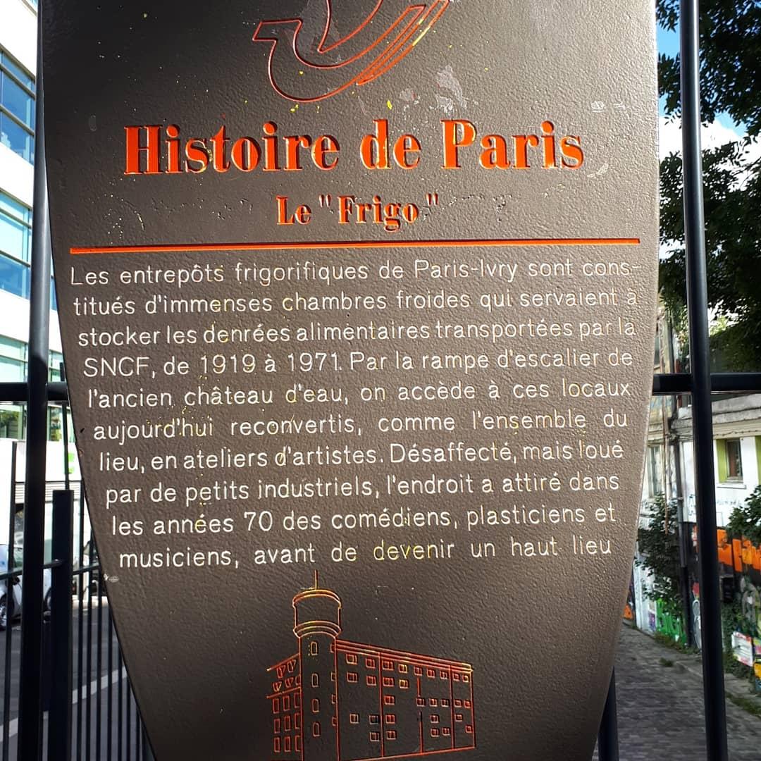 Abbiamo provato ad entrare a Les Frigos, gli antichi magazzini frigoriferi di Parigi che son stati trasformati, dalla fine degli anni '80, in studi di artisti. Solo che era tutto chiuso. Ho letto che solo a maggio aprono al pubblico per delle giornate a porte aperte. Peccato!!!
