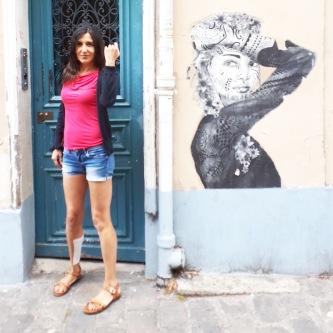 Streetart a Montmartre Giustamente in una città storica come Parigi, gran parte delle opere di arte urbana non sono impattanti. Quest'opera che vedete, come tantissime beccate in questi giorni, non è una pittura murale ma un poster, per cui la sua sopravvivenza dipende fondamentalmente dagli agenti atmosferici, dall'invecchiamento e dall'assenza di vandali. Tradotto: la maggior parte delle opere è rovinata ma la scelta è comprensibile e condivisibile.