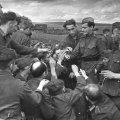 1943 – Soldato sovietico condivide le sue sigarette con i soldati nazisti catturati