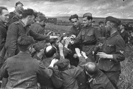 1943 - Soldato sovietico condivide le sue sigarette con i soldati nazisti catturati