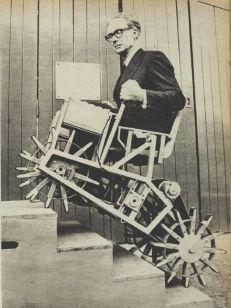 1964 circa. Sedia a rotelle per salire le scale