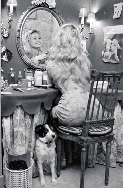 Brigitte Bardot a casa col suo cane Guapa, anni '50