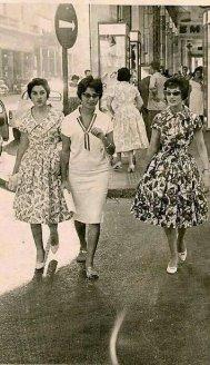 Donne egiziane che camminano lungo una strada centrale del Cairo, 1956