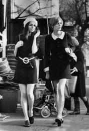 Donne francesi per le strade di Parigi, 1960
