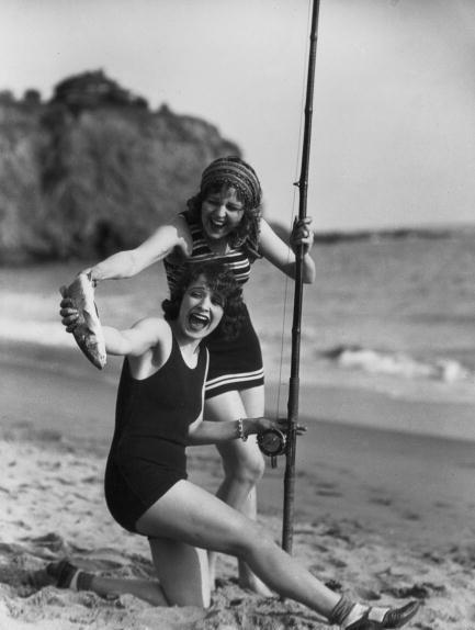 Due pescatrici su una spiaggia, 1928