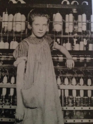 Foto di Lewis Hine, uno scandalista che ha esposto il lavoro minorile di un giovane filatore in una fabbrica di cotone. (Foner)