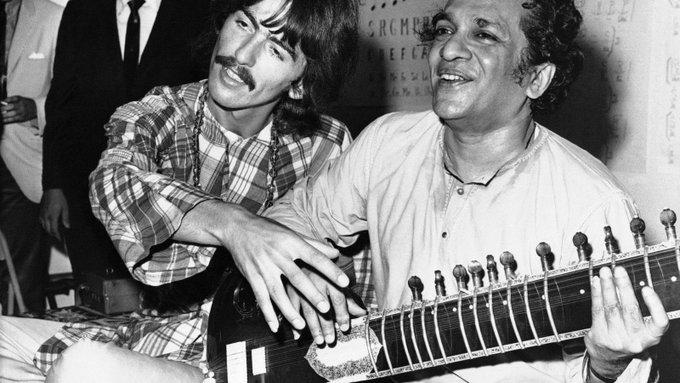 George Harrison con Ravi Shankar e il suo Sitar. 1967