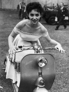 Gina Lollobrigida su una Vespa. anni '50