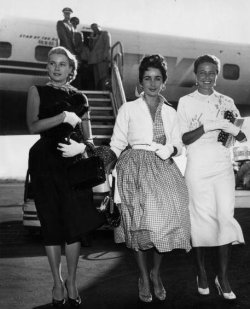 Grace Kelly, Elizabeth Taylor e Lorraine Day arrivano a New York, 1955