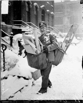 Il postino N. Sorenson posa con il suo carico pesante di posta e pacchi natalizi, Chicago, 1929
