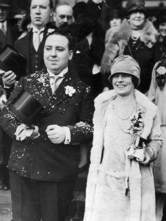 Il regista britannico Alfred Hitchcock con sua moglie, Alma, nel giorno del loro matrimonio. 1926