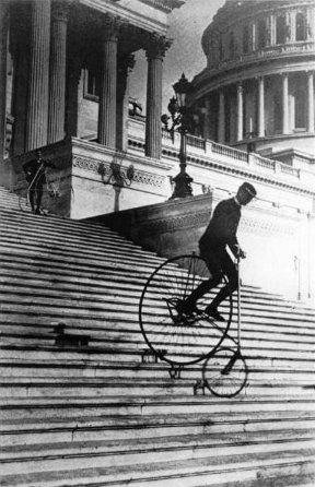 In sella a una American Star Bicycle giù per le scale del Campidoglio degli Stati Uniti, 1885