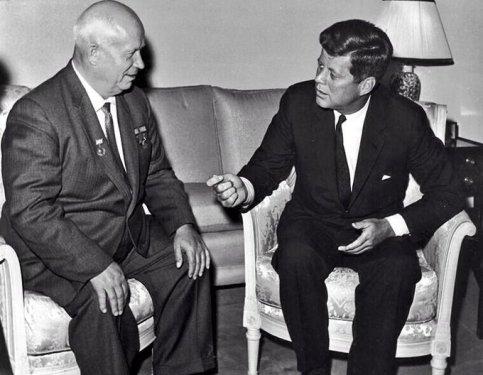 JFK e Krusciov in un colloquio di pace per prevenire una guerra nucleare