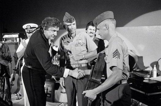 Johnny Cash riceve un premio da un sergente della Marina per il suo lavoro per i Marines