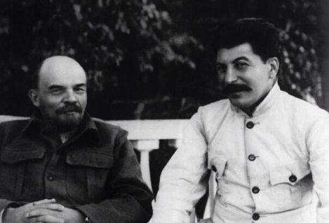 Joseph Stalin (a destra) con Vladimir Lenin (a sinistra). In seguito avrebbe tradito Lenin e distorto i suoi piani per l'URSS