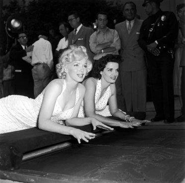 Marilyn Monroe e Jane Russell lasciano le impronte delle mani al Grauman's Chinese Theatre di Hollywood, 1953