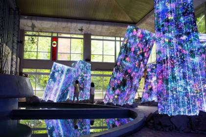 """Megaliths in the Bath House Ruins"" by TeamLab @ Kyushu, Giappone"