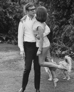 Michael Caine solleva Natalie Wood. Fotografia di Billy Ray, 1966