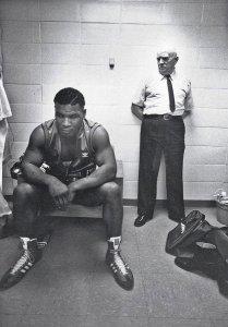 Mike Tyson e il suo traier Cus D'amato prima del primo combattimento professionale, 1985
