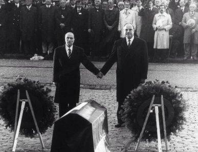 Nel settembre 1984, François Mitterrand e Helmut Kohl insieme per rendere omaggio alle vittime della seconda guerra mondiale