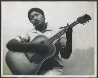 Odetta Holmes alla chitarra