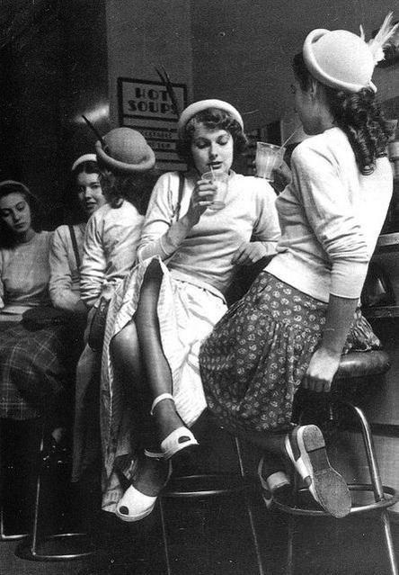Ragazze si divertono in un milk bar in Inghilterra, 1954