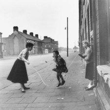 Shirley Bassey gioca al salto della corda con la sua famiglia a Cardiff, nel Galles, 1955