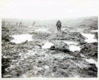 Soldato canadese in piedi nel fango sul campo di battaglia di Passchendaele, Belgio, 1917. Fotografia di William Rider-Rider
