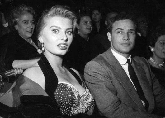 Sophia Loren con Marlon Brando in un cinema a Roma, 1954