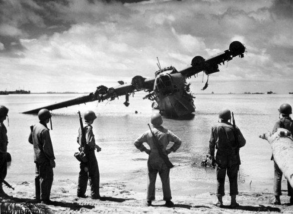 Truppe dell'esercito americano guardano un relitto H8K battello, Makin, Isole Gilbert, novembre 1943