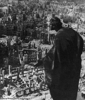 Una vista dalla Torre del Municipio delle rovine di Dresda dopo tre giorni e notti di bombardamenti degli Alleati, 1945