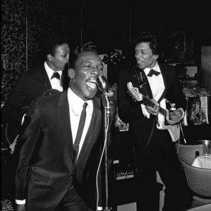 Wilson Pickett sostenuto da un giovane Jimi Hendrix alla chitarra, 1966