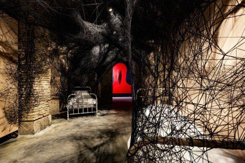 """Chiharu Shiota, """"Sleepilng is like Death"""" (2019) e Gino De Dominicis, """"Untitled"""" (1985) Intallation view della mostra """"The Dark Side – Chi ha paura del buio?"""" @ museo Musja, Roma Dal 9 ottobre 2019 al 1 marzo 2020"""