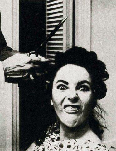 Elizabeth Taylor che si taglia i capelli, 1964