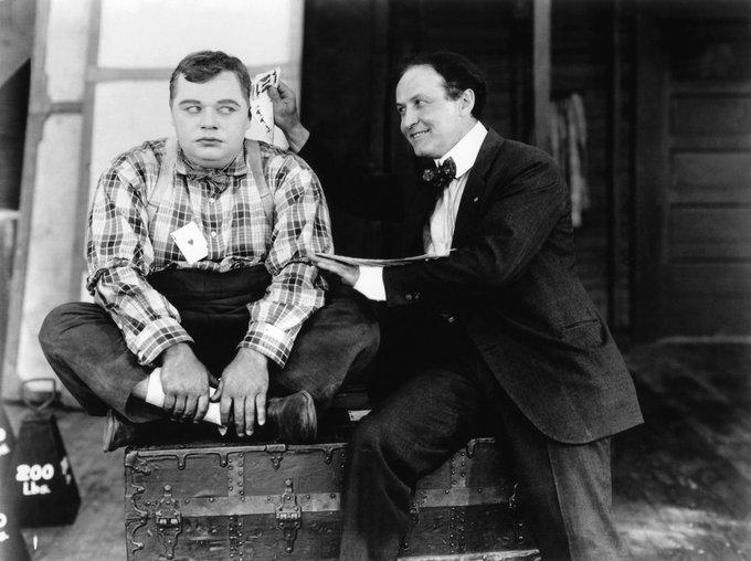 Fatty Arbuckle guarda scettico Harry Houdini, 1922