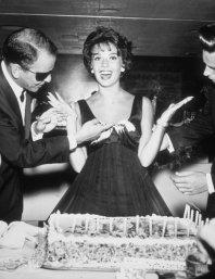 Frank Sinatra spalma la torta di compleanno sull'abito di Natalie Wood. 1959