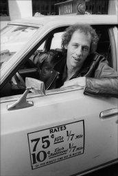 La chitarra principale dei Dire Straits, Mark Knopfler, guida un taxi per New York City, 1979