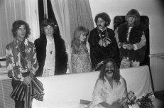 Michael Cooper, Mick Jagger, Marianne Faithfull, Al Vandenberg e Brian Jones incontrano Maharishi Mahesh Yogi. 1967
