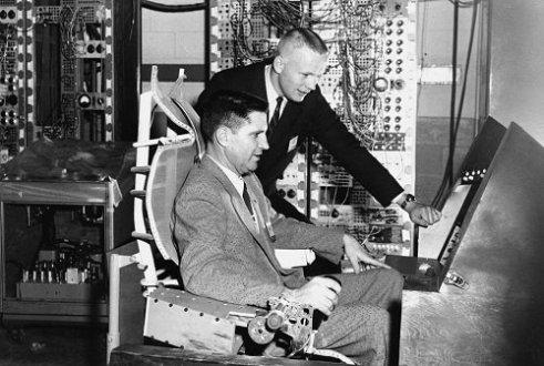Neil Armstrong e James W. Wood (seduto) lavorano all'interno del simulatore per il programma sperimentale di spaceplane Dyna-Soar, 1960