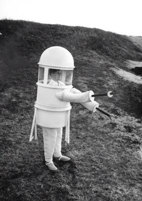"""16 marzo 1960: un abito disegnato dalla Republic Aviation Corporation cercava di risolvere il problema di ciò che un """"uomo ben vestito"""" indosserebbe per una passeggiata nel paesaggio lunare senz'aria"""