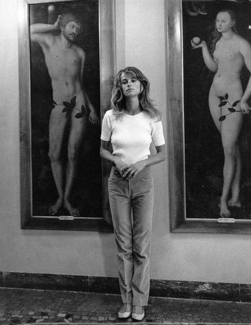 Charlotte Rampling di fronte ad Adamo ed Eva di Caranach. Anni '60