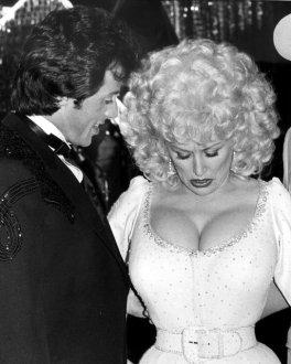 Dolly Parton e Sylvester Stallone controllano entrambi le tette di Dolly