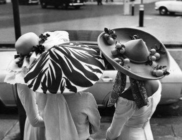 Donne con cappelli pasquali, 1971