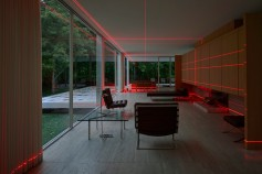 """Geometries of Light"" by Luftwerk, Iker Gil e Oriol Tarragó @ Farnsworth House"