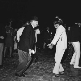 Groucho Marx balla con Diana Ross a una festa a Bel-Air, 1966
