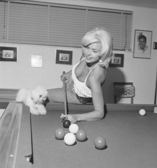 Jayne Mansfield gioca a biliardo a Roma, 1956