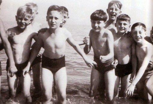 John Lennon (a sinistra, a braccia aperte) si gode un viaggio all'Isola di Man con i suoi compagni di scuola, 1947